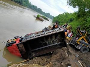 Truk Tercebur ke Sungai Brantas di Kediri, Sopir Tewas Terjebak dalam Kabin