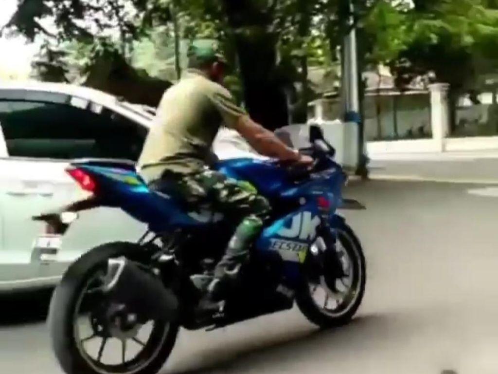 Kelabui Korban, Pria Berbaju Loreng Bawa Kabur Motor Sport di Jakpus