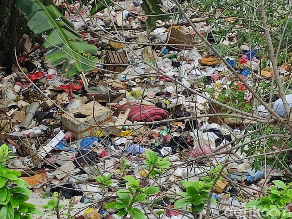 Cerita soal Kali Sampah di Kota Depok: Orang Buang Kasur hingga Peti