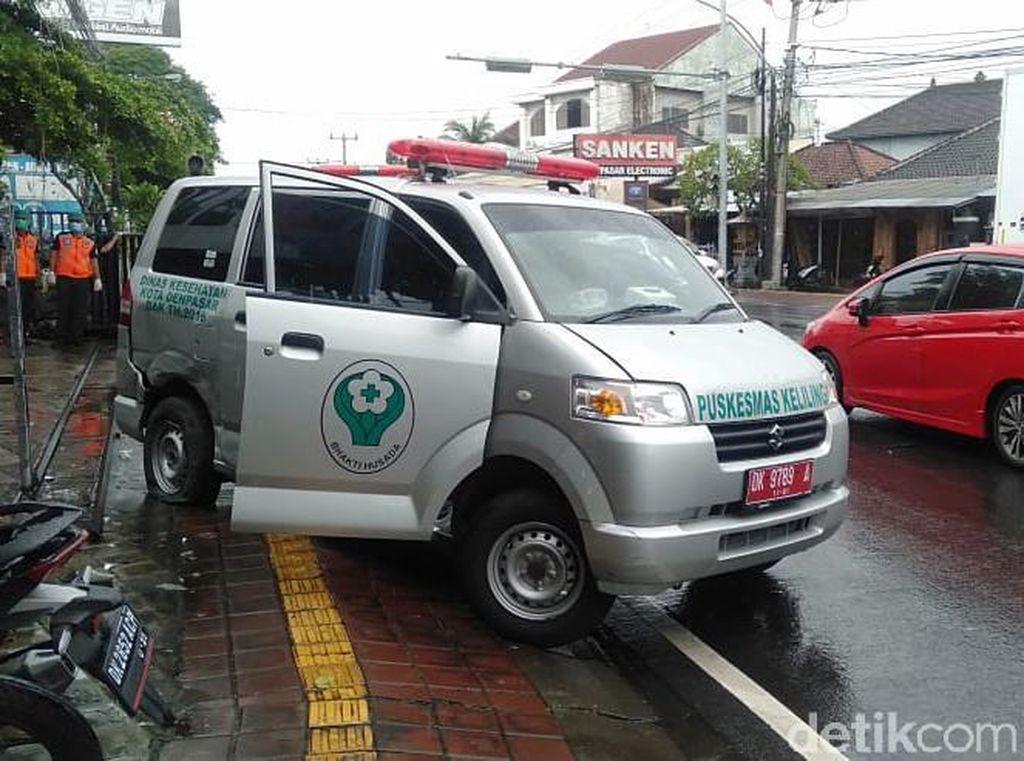 Ambulans Bawa 3 Pasien COVID-19 Diseruduk Mobil di Denpasar