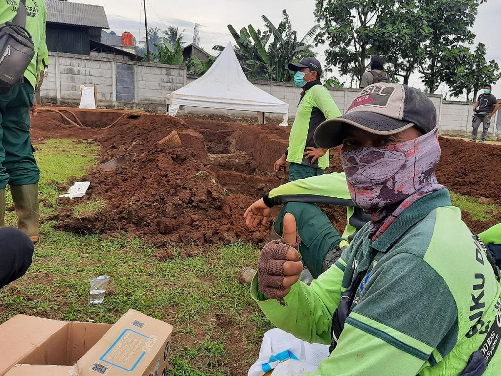 Cerita Penggali Kubur di DKI, Pernah Makamkan 46 Jenazah COVID-19 Sehari