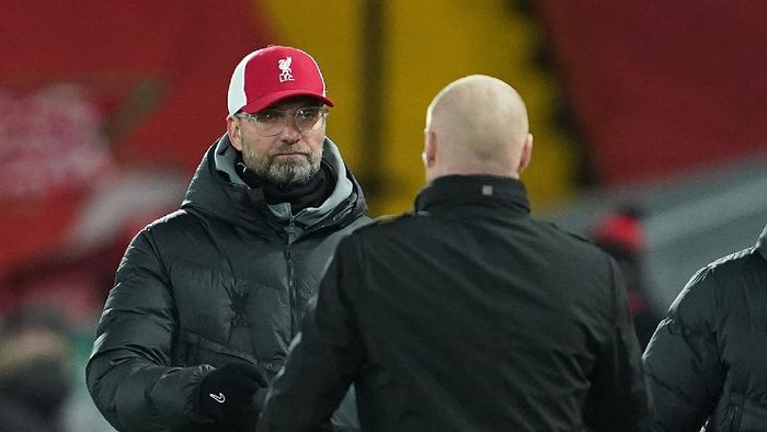LIVERPOOL, ENGLAND - JANUARY 21: Jurgen Klopp, Manager of Liverpool interacts with Sean Dyche, Manager of Burnley following the Premier League match between Liverpool and Burnley at Anfield on January 21, 2021 in Liverpool, England. Sporting stadiums around the UK remain under strict restrictions due to the Coronavirus Pandemic as Government social distancing laws prohibit fans inside venues resulting in games being played behind closed doors. (Photo by Jon Super - Pool/Getty Images)