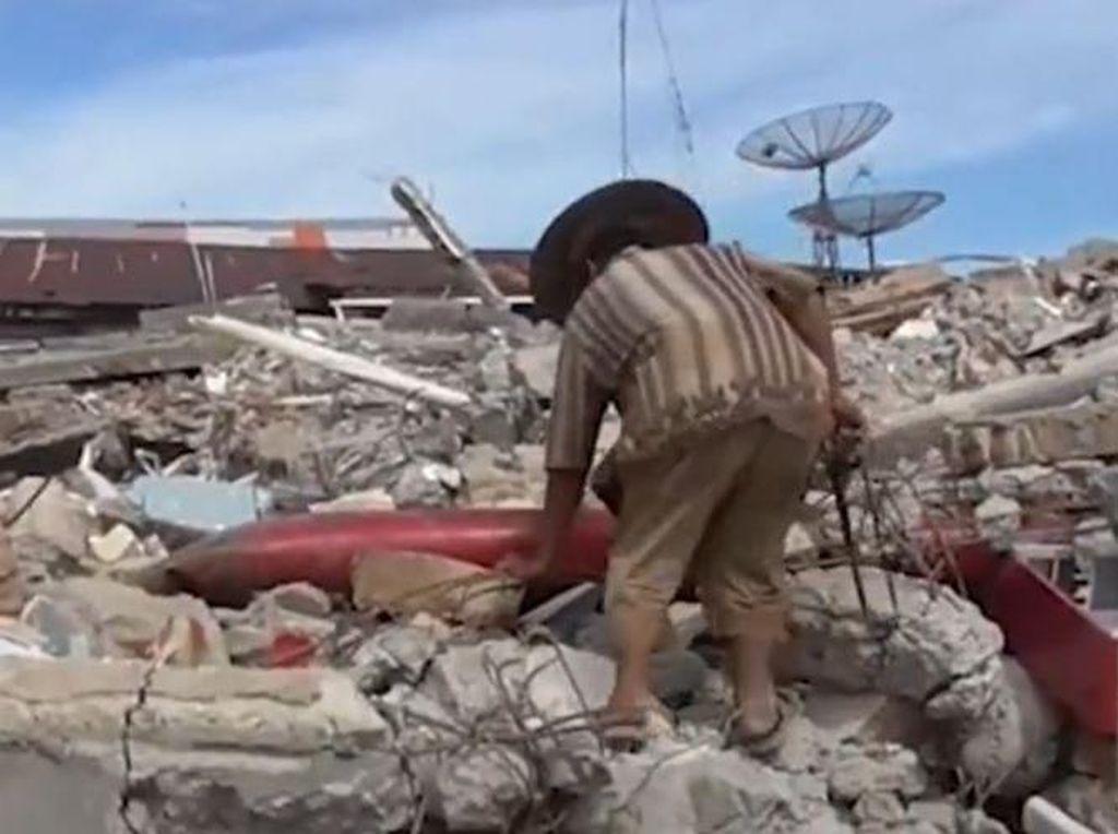 Korban Gempa di Mamuju Kais Besi Reruntuhan Demi Bertahan Hidup