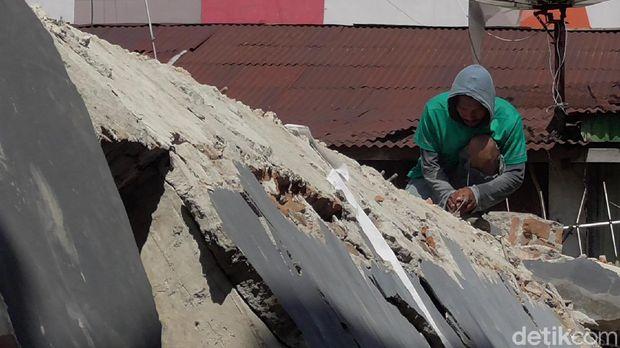 Korban gempa Sulbar terpaksa mengambil besi bangunan yang runtuh untuk dijual demi bertahan hidup.