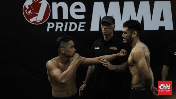Dua petarung saat acara timbang badan dalam pertandingan MMA One Pride. Jakarta, Sabtu, 15 Februari 2020. CNNIndonesia/Adhi Wicaksono.