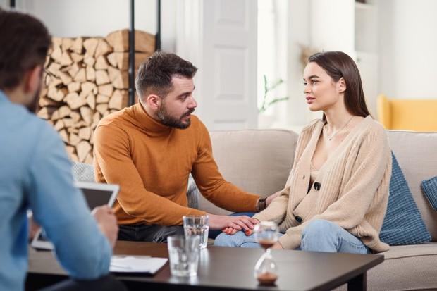 Mereka mungkin akan kesulitan bangun, tapi kamu bisa membantunya dengan mendorong pasangan kamu untuk bertemu dengan terapis mereka.