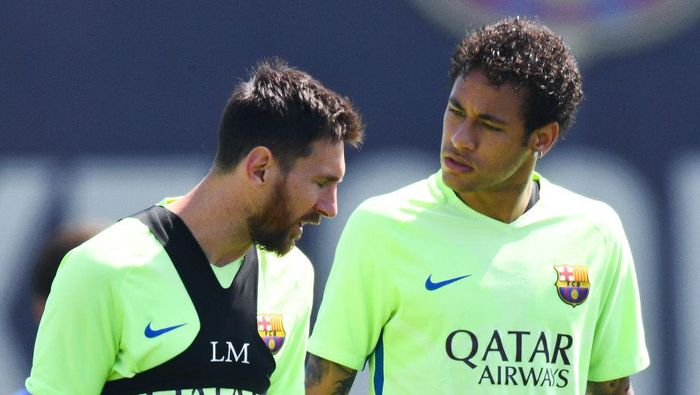 BARCELONA, SPAIN - MAY 26:  Lionel Messi (L) and Neymar Jr. of FC Barcelona chat during a training session at FC Barcelona Sports Centre on May 26, 2017 in Barcelona, Spain.  (Photo by David Ramos/Getty Images)