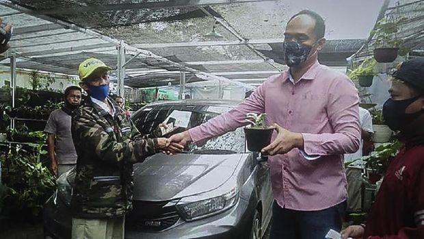 Pedagang tanaman hias di Bogor tukar janda bolong dengan mobil.