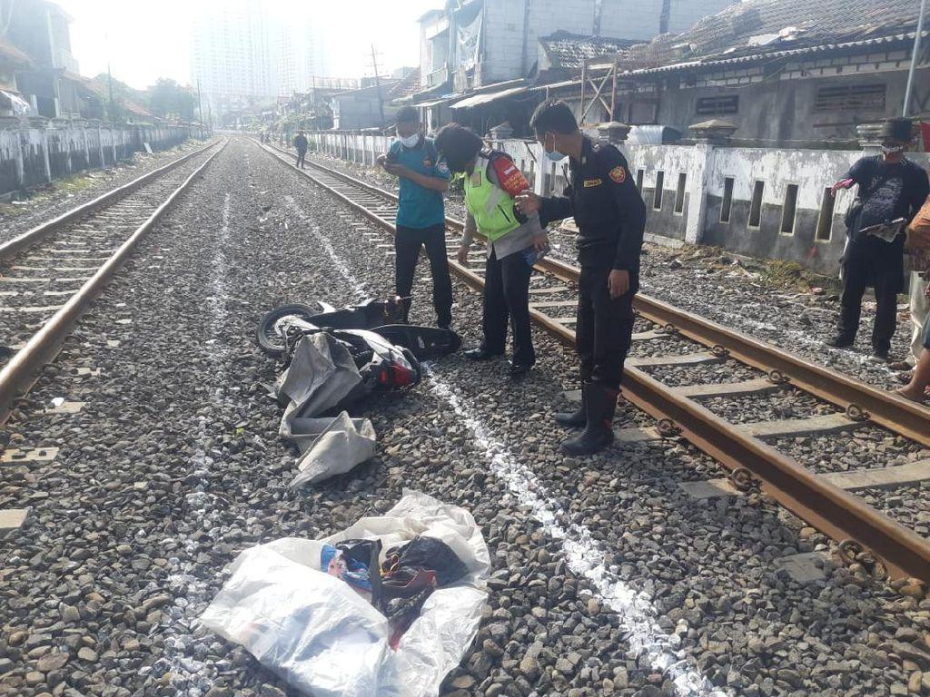 Nekat Terobos Perlintasan KA, Biker di Surabaya Tewas Tertabrak Kereta Api