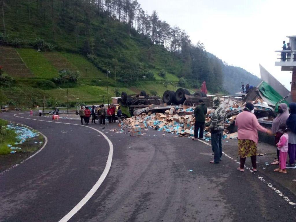 Truk Terguling di Tawangmangu, Ribuan Botol Minuman Berhamburan di Jalanan