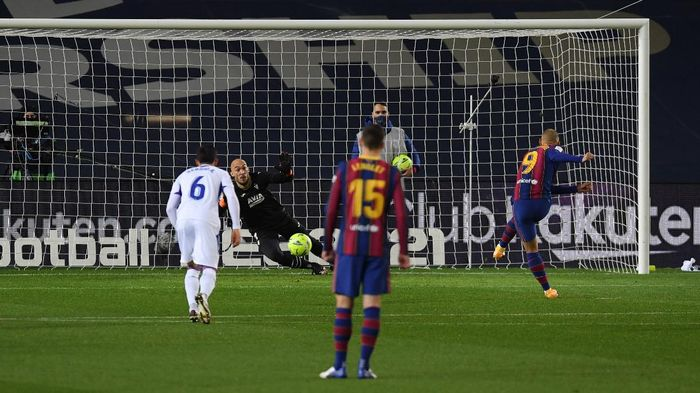 BARCELONA, SPAIN - DECEMBER 29: Martin Braithwaite of Barcelona misses a penalty during the La Liga Santander match between FC Barcelona and SD Eibar at Camp Nou on December 29, 2020 in Barcelona, Spain. Sporting stadiums around Spain remain under strict restrictions due to the Coronavirus Pandemic as Government social distancing laws prohibit fans inside venues resulting in games being played behind closed doors. (Photo by Alex Caparros/Getty Images)