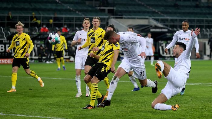 MOENCHENGLADBACH, GERMANY - JANUARY 22: Nico Elvedi #30 of Gladbach scores the opening goal during the Bundesliga match between Borussia Moenchengladbach and Borussia Dortmund at Borussia-Park on January 22, 2021 in Moenchengladbach, Germany. Sporting stadiums around Germany remain under strict restrictions due to the Coronavirus Pandemic as Government social distancing laws prohibit fans inside venues resulting in games being played behind closed doors. (Photo by Lars Baron/Getty Images)