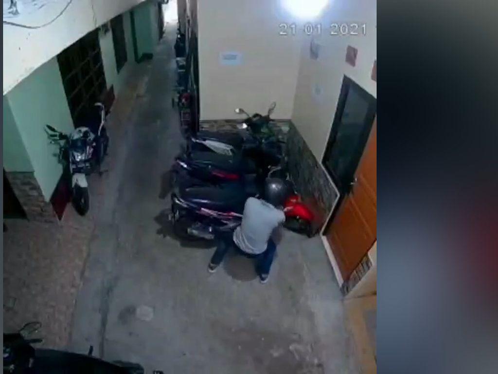 Video Aksi Pencurian Motor di Gang Sempit Terekam CCTV