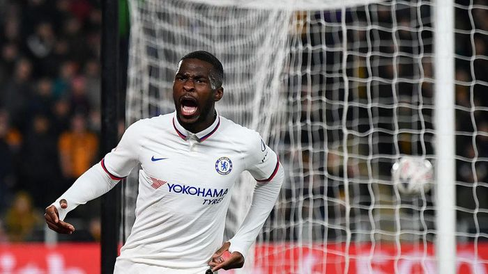HULL, ENGLAND - JANUARY 25:  Fikayo Tomori of Chelsea celebrates after scoring his teams second goal during the FA Cup Fourth Round match between Hull City and Chelsea at KCOM Stadium on January 25, 2020 in Hull, England. (Photo by Clive Mason/Getty Images)