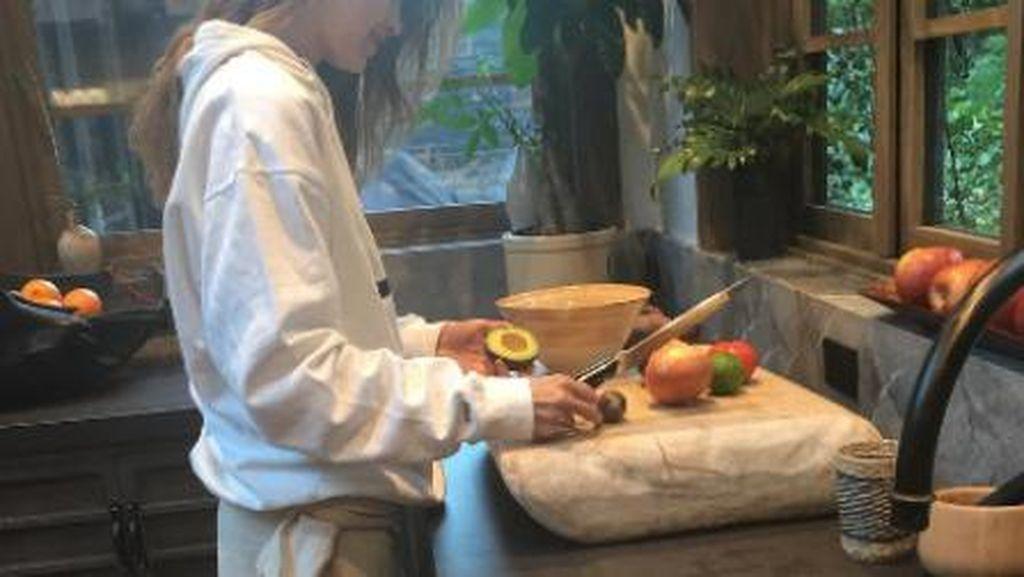 Momen Gigi Hadid saat Memasak di Dapur Mewahnya