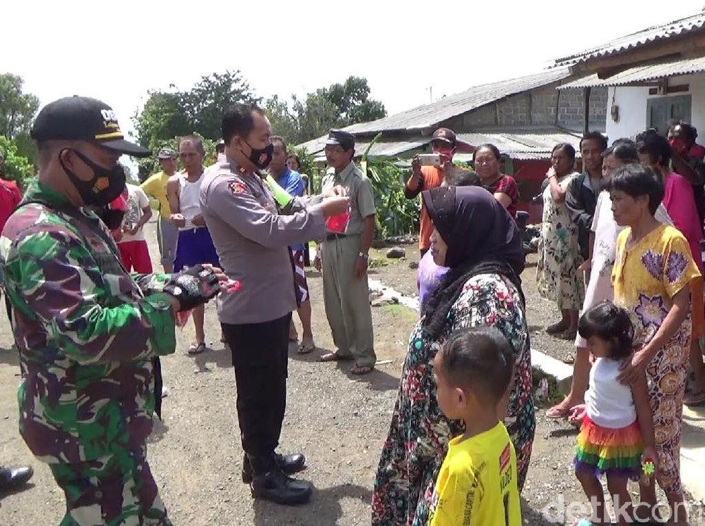 Warga Menonton Erupsi Gunung Raung, Polisi Bagikan Masker