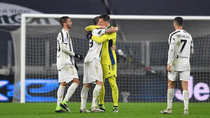 TURIN, ITALY - DECEMBER 05: Leonardo Bonucci and Wojciech Szczesny of Juventus celebrate their sides victory after the Serie A match between Juventus and Torino FC at Allianz Stadium on December 05, 2020 in Turin, Italy. Football Stadiums around Italy remain empty due to the Coronavirus Pandemic as Government social distancing laws prohibit fans inside venues resulting in fixtures being played behind closed doors. (Photo by Valerio Pennicino/Getty Images)
