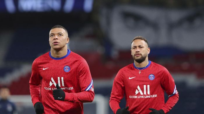 PSGs Neymar, right and PSGs Kylian Mbappe warm up ahead of the French League One soccer match between Paris Saint-Germain and Montpellier at the Parc des Princes stadium in Paris, France, Friday, Jan.22, 2021. (AP Photo/Thibault Camus)