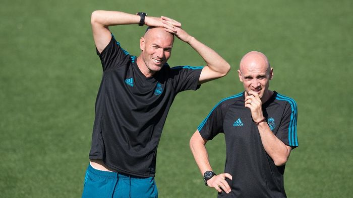 MADRID, SPAIN - SEPTEMBER 12: Real Madrid CF manager Zinedine Zidane (left) smiles beside his assistant coach David Bettoni during the Real Madrid CF training session at Valdebebas training ground on September 12, 2017 in Madrid, Spain. (Photo by Denis Doyle/Getty Images)