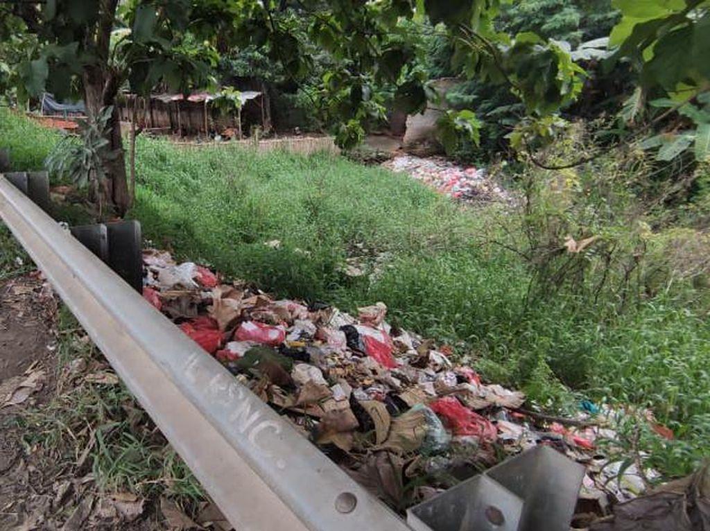 Jasa Marga: Sampah Pinggir Akses Tol Kalimalang Bukan dari Pengguna Tol