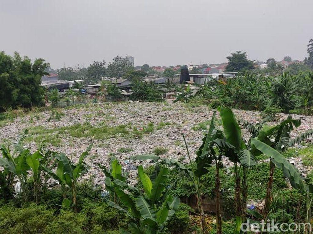 Senin Depan, Alat Berat Akan Angkut Sampah Selapangan Bola di Bekasi