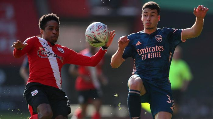 SOUTHAMPTON, ENGLAND - JANUARY 23: Kyle Walker-Peters of Southampton battles for possession with Gabriel Martinelli of Arsenal during The Emirates FA Cup Fourth Round match between Southampton FC and Arsenal FC on January 23, 2021 in Southampton, England. Sporting stadiums around the UK remain under strict restrictions due to the Coronavirus Pandemic as Government social distancing laws prohibit fans inside venues resulting in games being played behind closed doors. (Photo by Catherine Ivill/Getty Images)