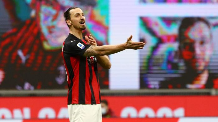 MILAN, ITALY - JANUARY 23: Zlatan Ibrahimovic of AC Milan reacts  during the Serie A match between AC Milan and Atalanta BC at Stadio Giuseppe Meazza on January 23, 2021 in Milan, Italy. Sporting stadiums around Italy remain under strict restrictions due to the Coronavirus Pandemic as Government social distancing laws prohibit fans inside venues resulting in games being played behind closed doors. (Photo by Marco Luzzani/Getty Images)