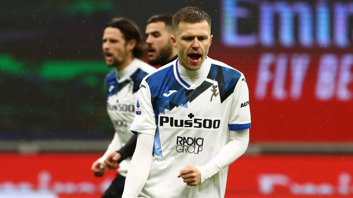 MILAN, ITALY - JANUARY 23: Josip Ilicic of Atalanta B.C. celebrates after scoring their teams second goal from the penalty spot during the Serie A match between AC Milan and Atalanta BC at Stadio Giuseppe Meazza on January 23, 2021 in Milan, Italy. Sporting stadiums around Italy remain under strict restrictions due to the Coronavirus Pandemic as Government social distancing laws prohibit fans inside venues resulting in games being played behind closed doors. (Photo by Marco Luzzani/Getty Images)