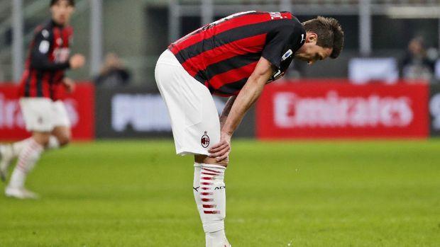 AC Milan's Mario Mandzukic reacts after missing a scoring chance during the Serie A soccer match between AC Milan and Atalanta at the Milan San Siro Stadium, Italy, Saturday, Jan. 23, 2021. (AP Photo/Antonio Calanni)