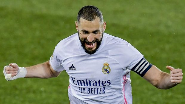 Real Madrid's Karim Benzema celebrates after scoring his side's second goal during the Spanish La Liga soccer match between Alaves and Real Madrid at Mendizorroza stadium in Vitoria, Spain, Saturday, Jan. 23, 2021. (AP Photo/Alvaro Barrientos)
