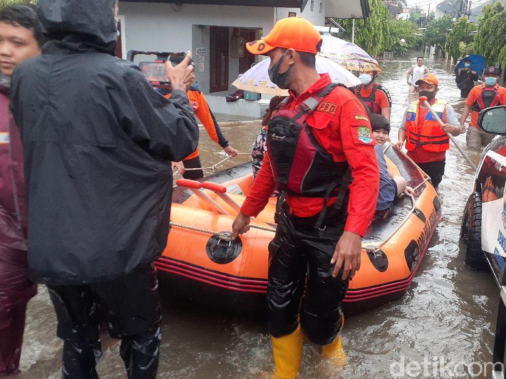 BPBD Evakuasi Ibu dan Bayi Terdampak Banjir Jatibening Permai Bekasi