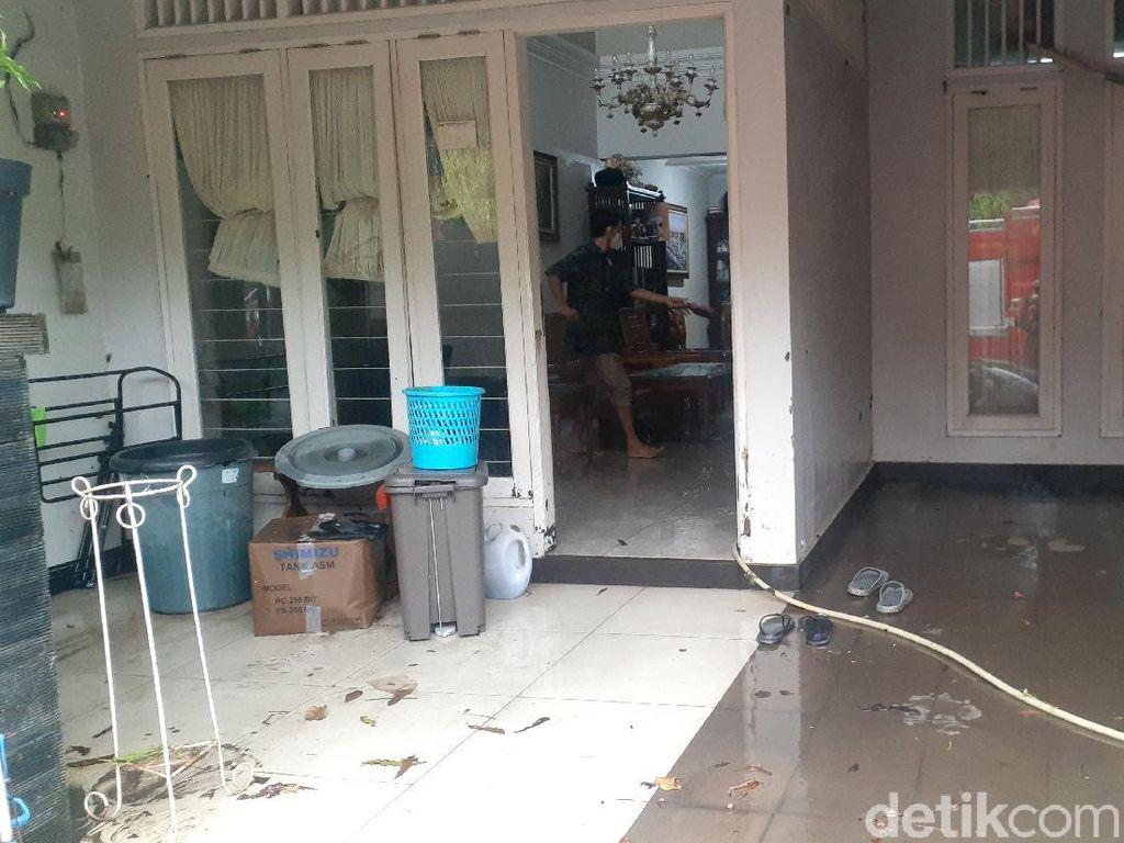 Banjir Surut, Warga Jatibening Mulai Bersih-bersih Rumah