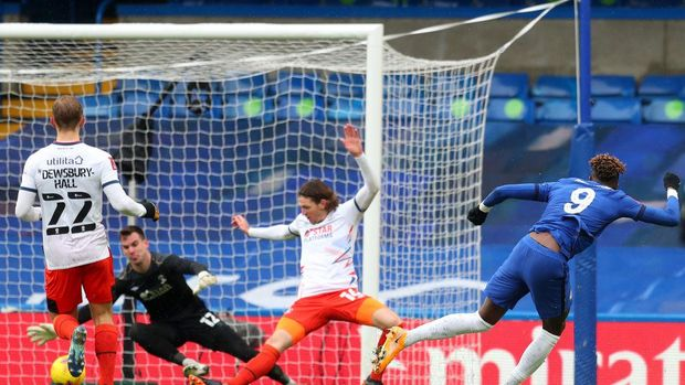 LONDON, ENGLAND - JANUARY 24: Kepa of Chelsea watches on as Jordan Clark of Luton Town (not pictured) scores their sides first goal during The Emirates FA Cup Fourth Round match between Chelsea and Luton Town at Stamford Bridge on January 24, 2021 in London, England. Sporting stadiums around the UK remain under strict restrictions due to the Coronavirus Pandemic as Government social distancing laws prohibit fans inside venues resulting in games being played behind closed doors. (Photo by Catherine Ivill/Getty Images)
