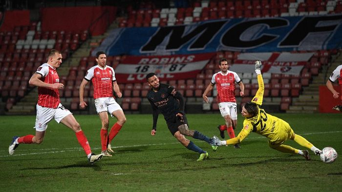 CHELTENHAM, ENGLAND - JANUARY 23: Gabriel Jesus of Manchester City shoots wide during The Emirates FA Cup Fourth Round match between Cheltenham Town and Manchester City at Jonny Rocks Stadium on January 23, 2021 in Cheltenham, England. Sporting stadiums around the UK remain under strict restrictions due to the Coronavirus Pandemic as Government social distancing laws prohibit fans inside venues resulting in games being played behind closed doors. (Photo by Shaun Botterill/Getty Images)