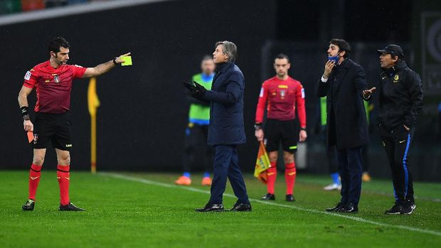 UDINE, ITALY - JANUARY 23:Referee Fabio Maresca shows the red card to  Antonio Conte head coach of FC Internazionale during the Serie A match between Udinese Calcio and FC Internazionale at Dacia Arena on January 23, 2021 in Udine, Italy. (Photo by Alessandro Sabattini/Getty Images)