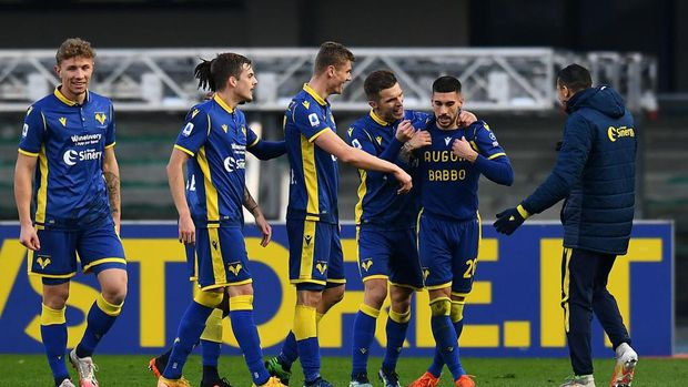 VERONA, ITALY - JANUARY 24: Mattia Zaccagni of Verona celebrates with team mates after scoring their side's third goal during the Serie A match between Hellas Verona FC and SSC Napoli at Stadio Marcantonio Bentegodi on January 24, 2021 in Verona, Italy. Sporting stadiums around Italy remain under strict restrictions due to the Coronavirus Pandemic as Government social distancing laws prohibit fans inside venues resulting in games being played behind closed doors. (Photo by Alessandro Sabattini/Getty Images)