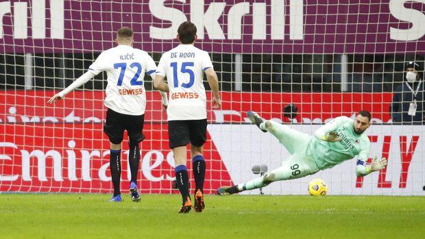 Atalanta's Josip Ilicic scores his side's 2nd goal from the penalty spot, during the Serie A soccer match between AC Milan and Atalanta at the Milan San Siro Stadium, Italy, Saturday, Jan. 23, 2021. (AP Photo/Antonio Calanni)