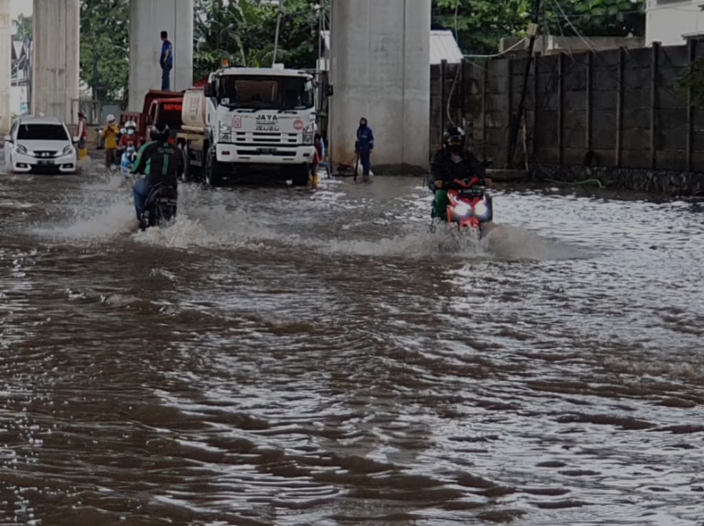 Jakarta Diguyur Hujan, Jalan di Kelapa Gading Tergenang 30 Cm