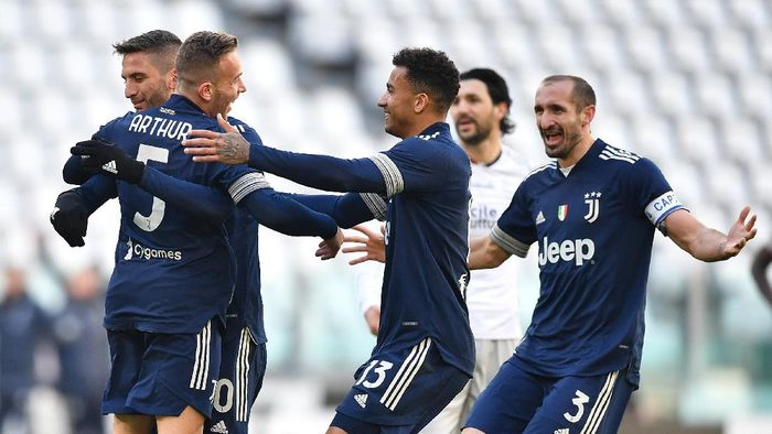 TURIN, ITALY - JANUARY 24:  Arthur (L) of Juventus celebrates the opening goal with team mates during the Serie A match between Juventus and Bologna FC at Allianz Stadium on January 24, 2021 in Turin, Italy.  (Photo by Valerio Pennicino/Getty Images )