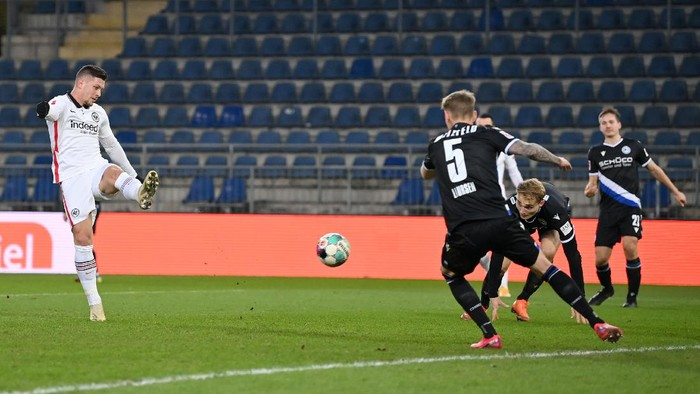 BIELEFELD, GERMANY - JANUARY 23: Luka Jovic of Eintracht Frankfurt scores their sides fifth goal during the Bundesliga match between DSC Arminia Bielefeld and Eintracht Frankfurt at Schueco Arena on January 23, 2021 in Bielefeld, Germany. Sporting stadiums around Germany remain under strict restrictions due to the Coronavirus Pandemic as Government social distancing laws prohibit fans inside venues resulting in games being played behind closed doors. (Photo by Stuart Franklin/Getty Images)