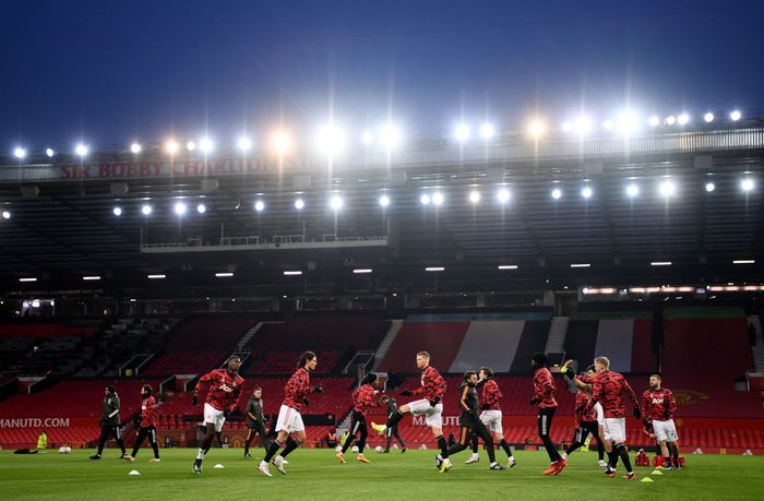 MANCHESTER, ENGLAND - JANUARY 24: The Manchester United team warm up ahead of The Emirates FA Cup Fourth Round match between Manchester United and Liverpool at Old Trafford on January 24, 2021 in Manchester, England. Sporting stadiums around the UK remain under strict restrictions due to the Coronavirus Pandemic as Government social distancing laws prohibit fans inside venues resulting in games being played behind closed doors. (Photo by Laurence Griffiths/Getty Images)