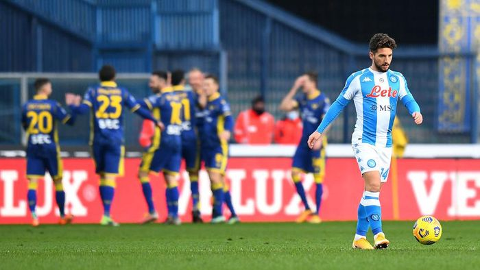 VERONA, ITALY - JANUARY 24: Dries Mertens of SSC Napoli reacts as Antonin Barak of Verona scores their sides second goal during the Serie A match between Hellas Verona FC and SSC Napoli at Stadio Marcantonio Bentegodi on January 24, 2021 in Verona, Italy. Sporting stadiums around Italy remain under strict restrictions due to the Coronavirus Pandemic as Government social distancing laws prohibit fans inside venues resulting in games being played behind closed doors. (Photo by Alessandro Sabattini/Getty Images)
