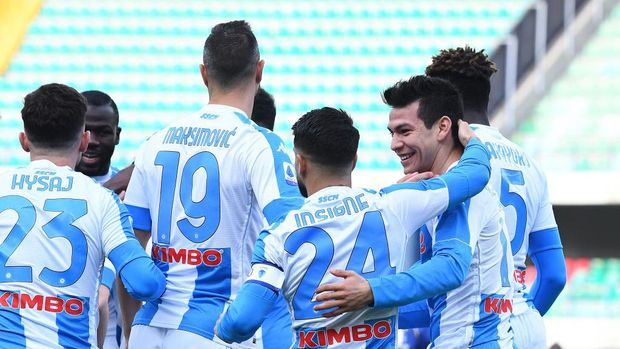 VERONA, ITALY - JANUARY 24: Hirving Lozano of SSC Napoli celebrates with team mate Lorenzo Insigne after scoring their side's first goal during the Serie A match between Hellas Verona FC and SSC Napoli at Stadio Marcantonio Bentegodi on January 24, 2021 in Verona, Italy. Sporting stadiums around Italy remain under strict restrictions due to the Coronavirus Pandemic as Government social distancing laws prohibit fans inside venues resulting in games being played behind closed doors. (Photo by Alessandro Sabattini/Getty Images)