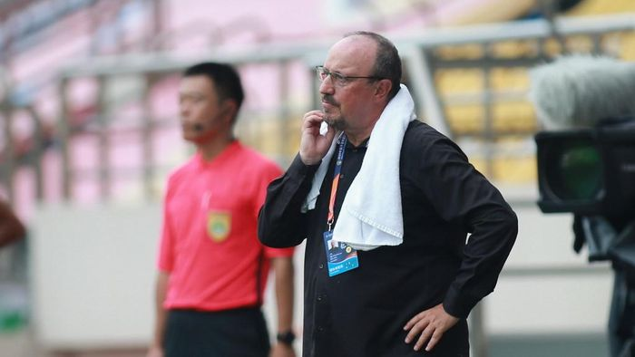 Dalian Pro coach Rafael Benitez (R) looks on during their Chinese Super League football match against Guangzhou R&F in Dalian, in Chinas northeast Liaoning province on August 16, 2020. (Photo by STR / AFP) / China OUT
