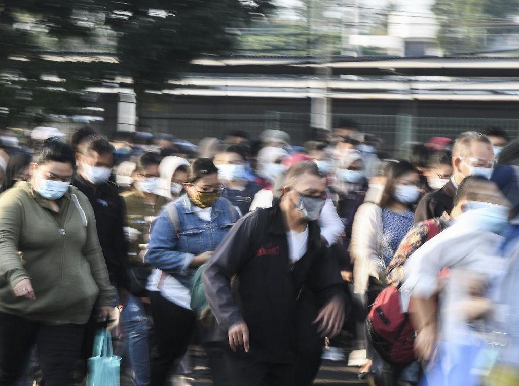 PSBB Berlaku Lagi, Penumpang Menumpuk di Stasiun Bekasi