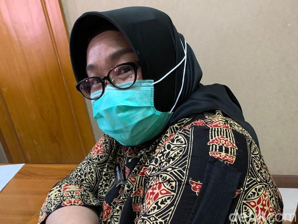Gaya Bupati Sragen Pakai Baju Muslim Unik Saat Suntik Vaksin Corona