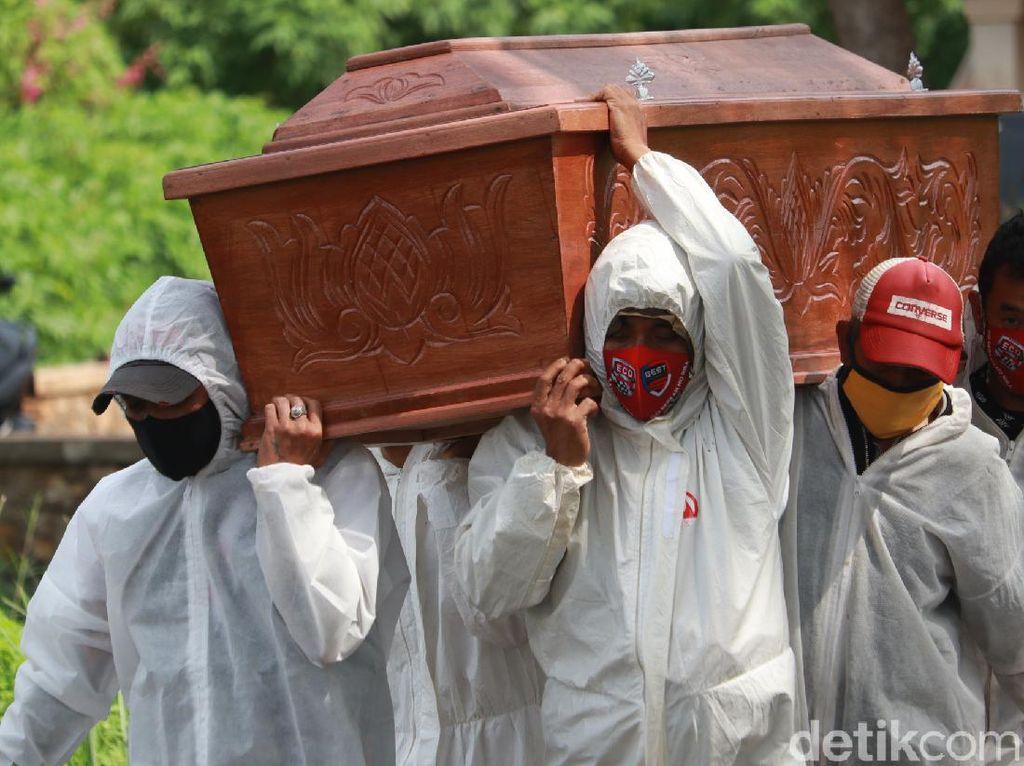 Harapan Pemikul Jenazah COVID-19 di Bandung: Mudah-mudahan Bisa Jadi PHL