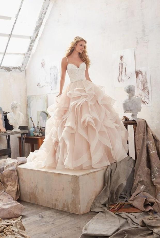 Gaun dengan sentuhan ruffle juga enggak kalan membuat penampilanmu menjadi semakin mempesona.