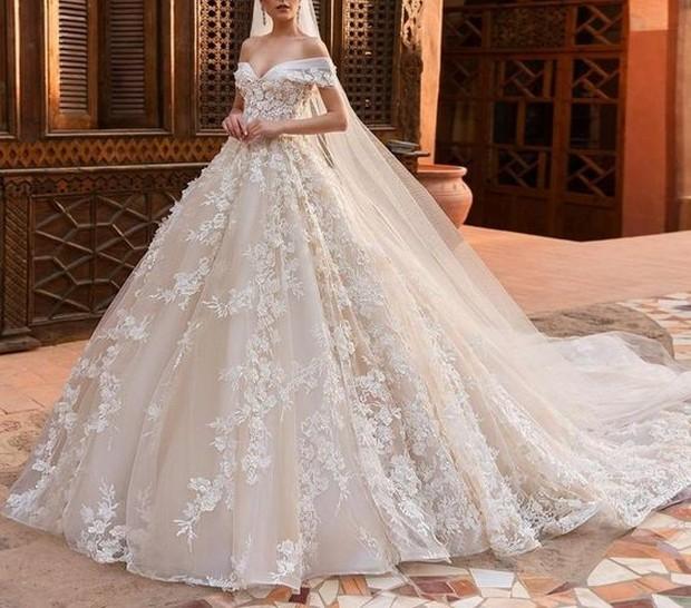 Kalau resepsi pernikahanmu berkonsep mewah, tentunya harus didukung dengan model yang tepat. Nah, model gaun yang bisa kamu pilih adalah ball gown.