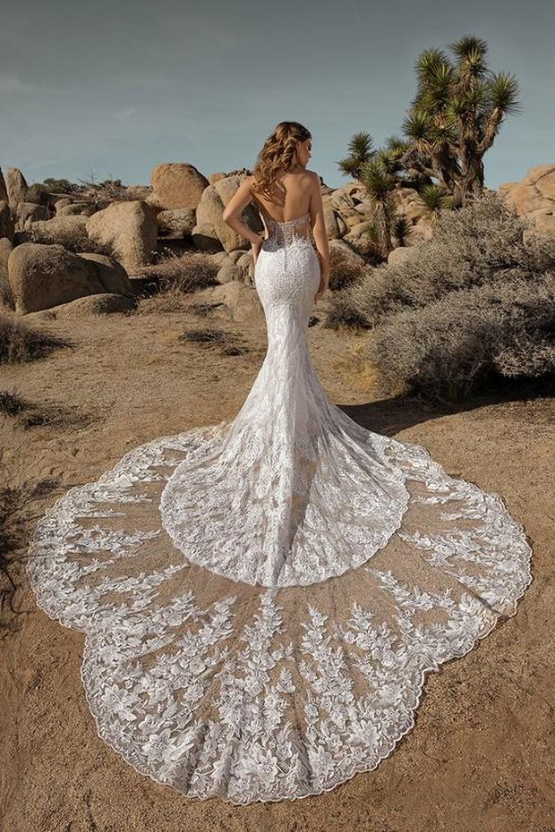 Buat kamu yang lebih suka gaun pengantin dengan potongan yang simple, model long tail ini bisa jadi pilihanmu.